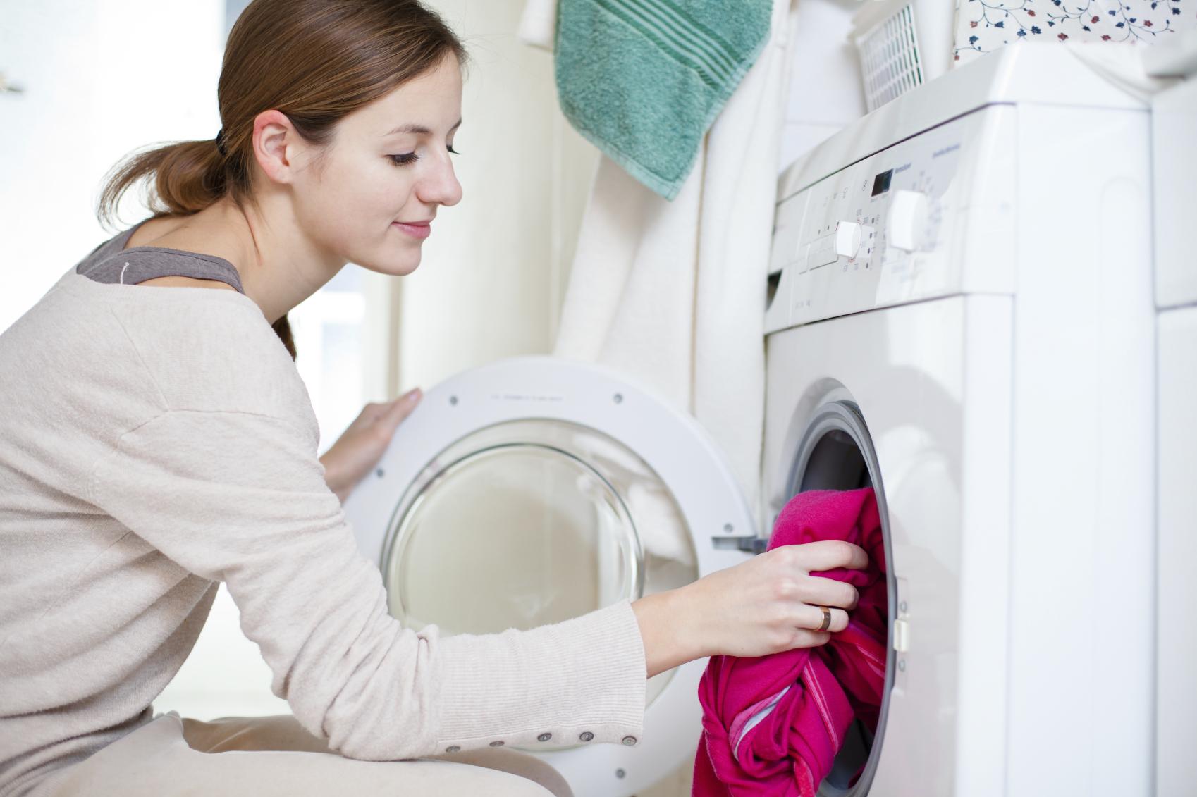 если стирает в ванной и снимает с себя одежду всей комнате