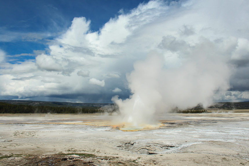 World's tallest geyser erupts at Yellowstone Park